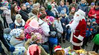 Dsc 0068 weihnachtsmann verteilt geschenke